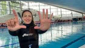 Isabel Sánchez-Arán hace el siete con sus dedor.