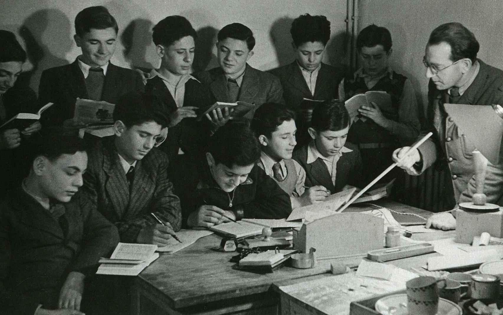 Algunos de los chicos en las clases con el profesor Manfred Reingwitz.