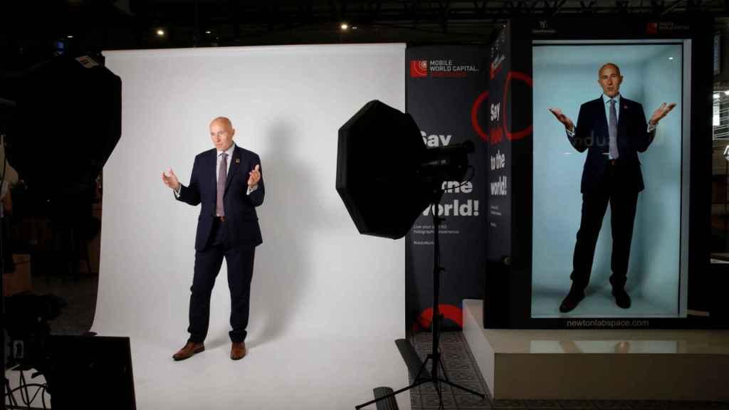 Carlos Grau, consejero delegado de la Fundación Mobile World Capital, usando el holograma