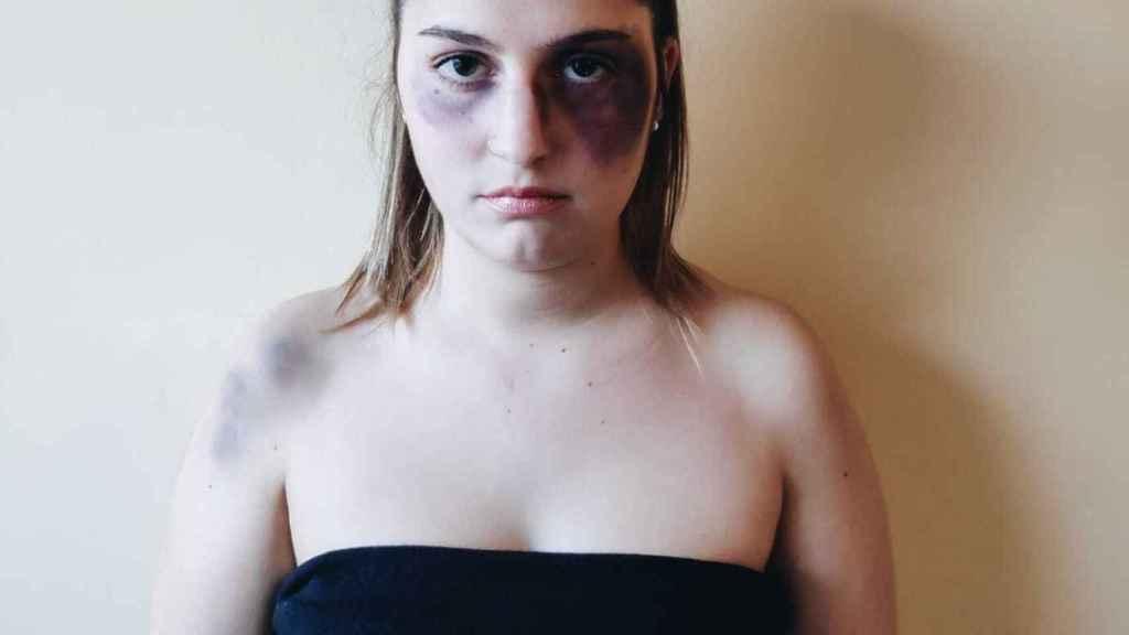 Noelia, maquillada en la imagen para reclamar más protección, recibió ocho puñaladas hace seis años