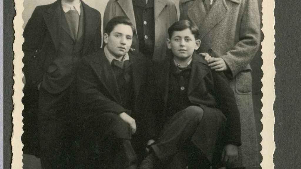 Varios de los niños de Buchenwald, con Robbie a la izquierda.