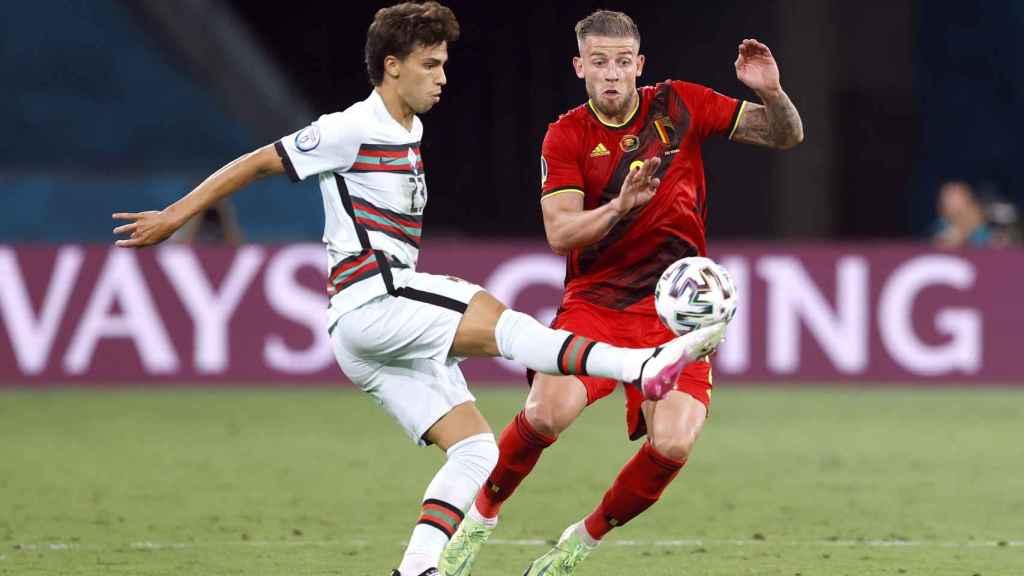 Joao Felix juega un balón contra Bélgica
