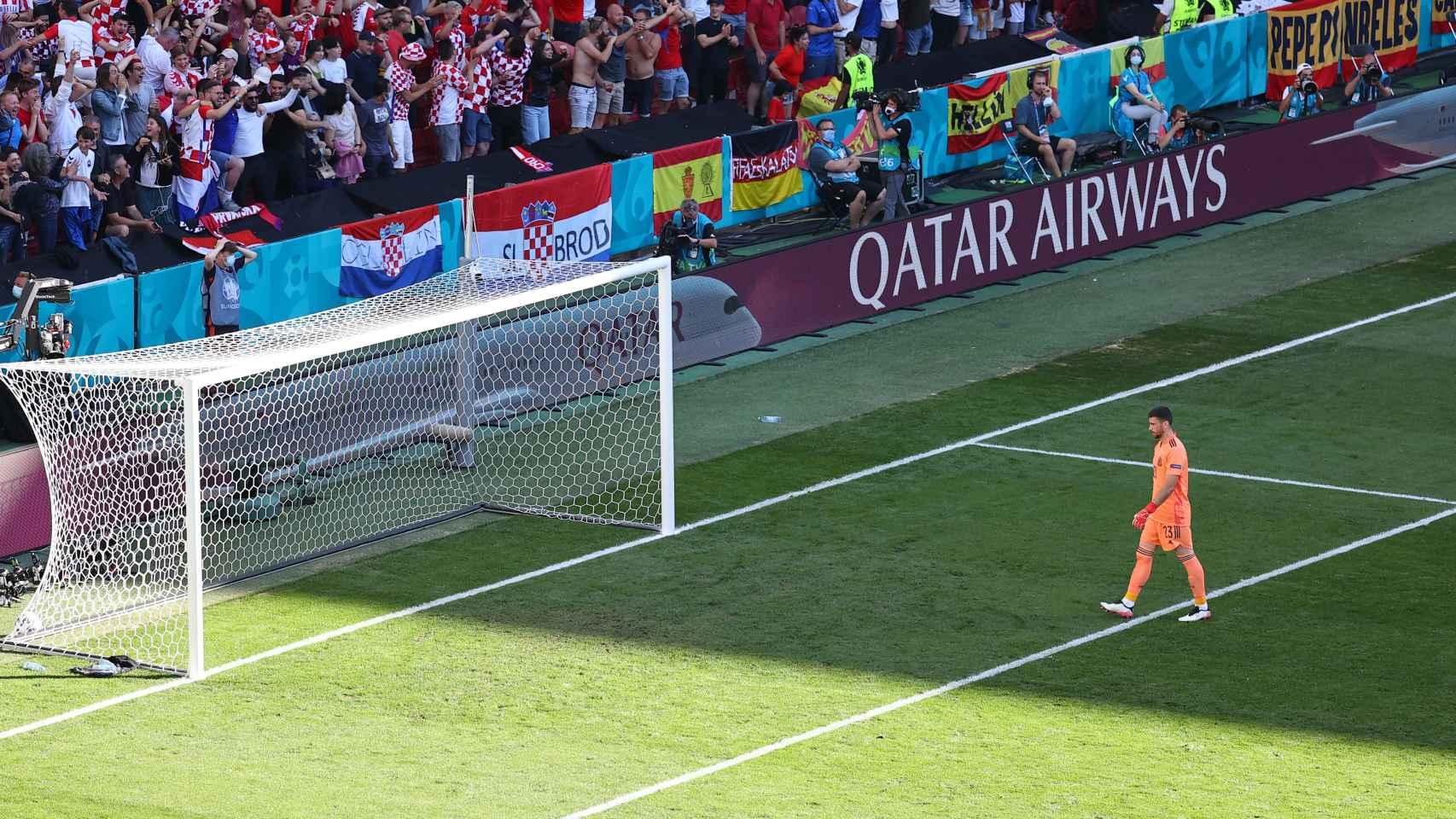 Unai Simón se acerca a la portería tras anotar el gol en propia en el Croacia - España