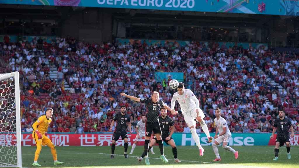 Álvaro Morata remata de cabeza dentro del área de Croacia