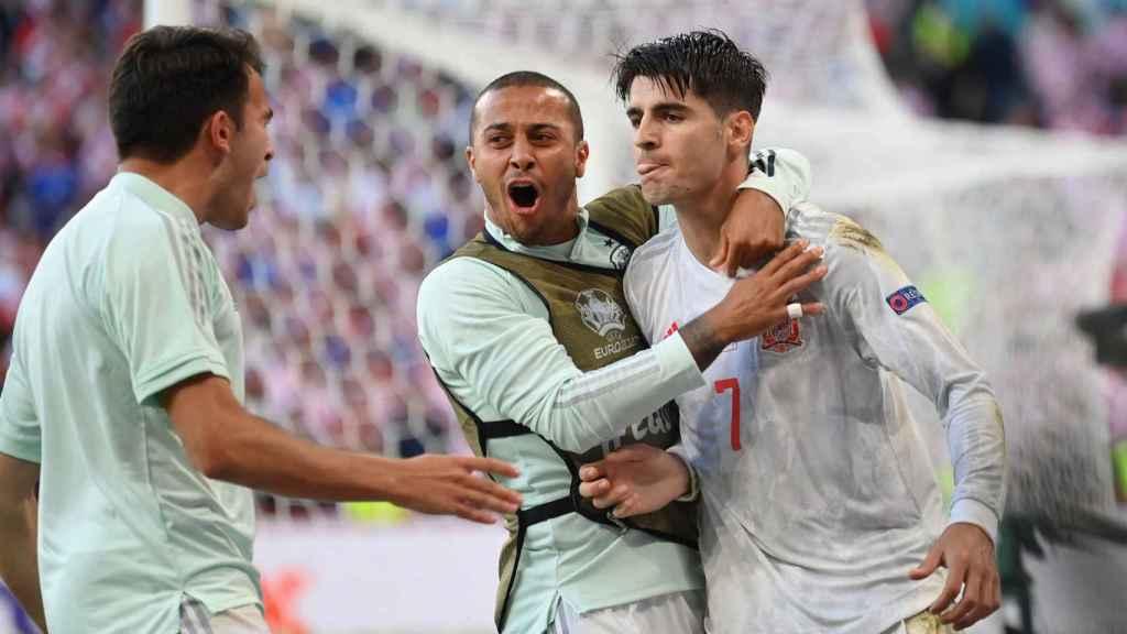 Los jugadores de España celebran con Álvaro Morata su gol en la prórroga a Croacia