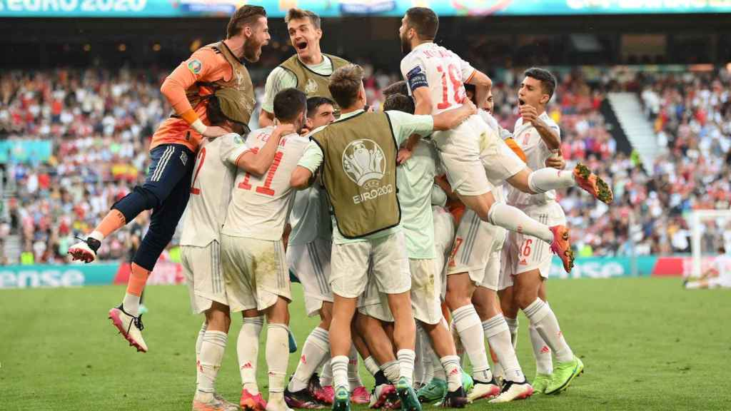 Los futbolistas de la Selección celebran el gol de Mikel Oyarzabal, el quinto de España a Croacia