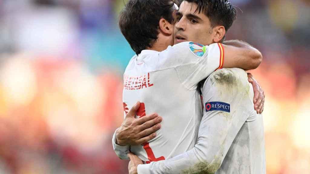 Mikel Oyarzabal y Álvaro Morata, los goleadores en la prórroga, se abrazan tras el quinto gol de España