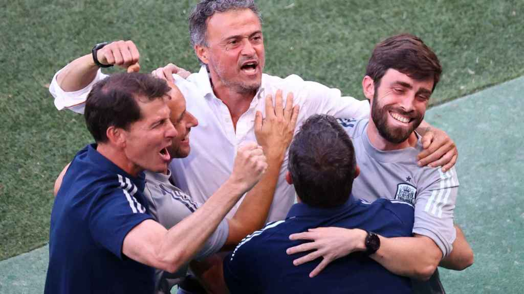 Luis Enrique celebra con su cuerpo técnico el pase de España a cuartos de la Eurocopa