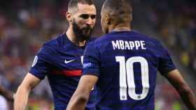 Benzema y Mbappé celebran juntos un gol de la selección de Francia en la Eurocopa 2020