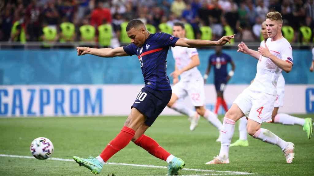 Lanzamiento a portería de Kylian Mbappé, durante el Francia - Suiza de octavos de la Eurocopa 2020