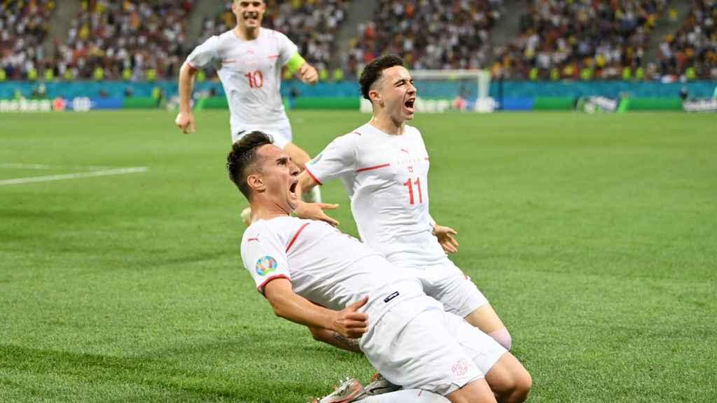 Los jugadores de la selección de Suiza celebran el gol que forzó la prórroga ante Francia