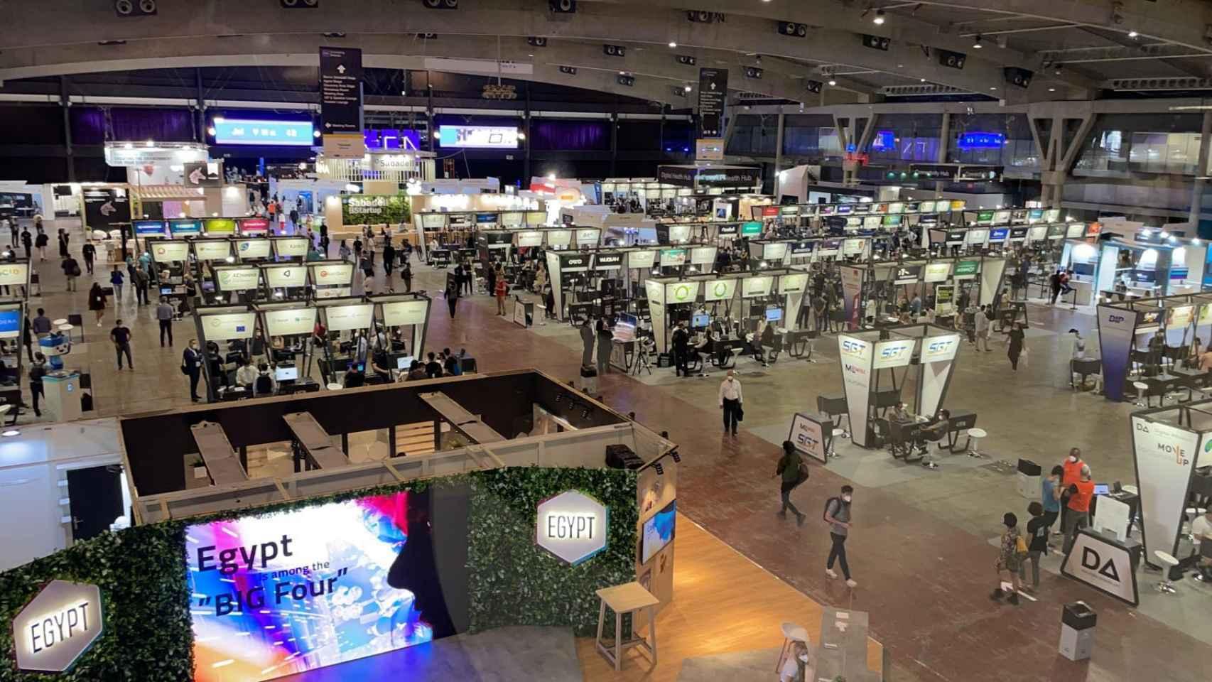 Poca asistencia de público en la primera jornada del Mobile World Congress en imágenes