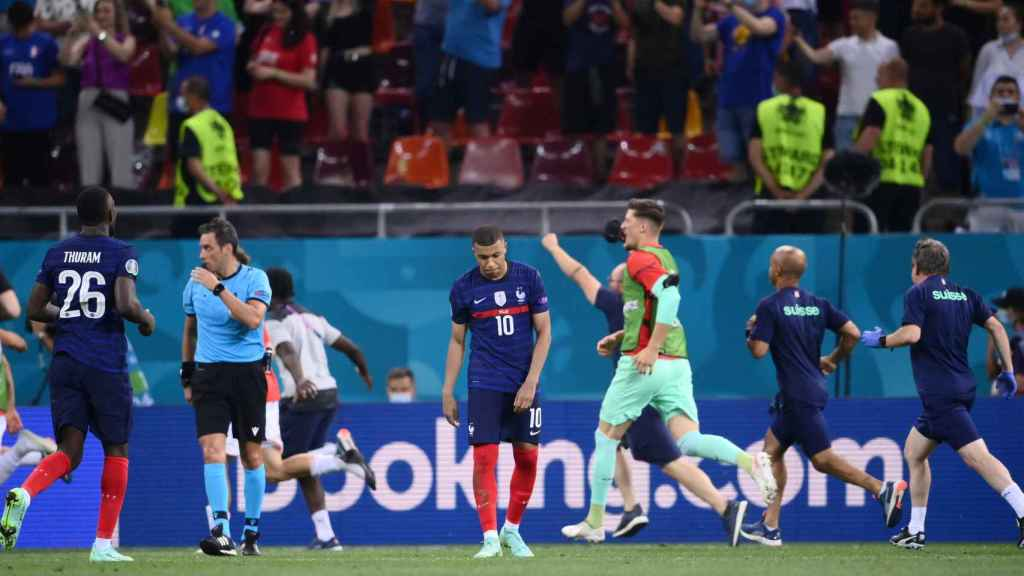 Kylian Mbappé, cabizbajo tras fallar su penalti en el Francia - Suiza