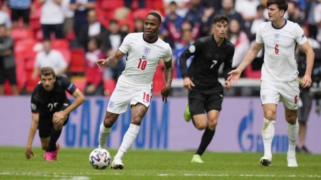 Sterling controla un balón en el Inglaterra - Alemania