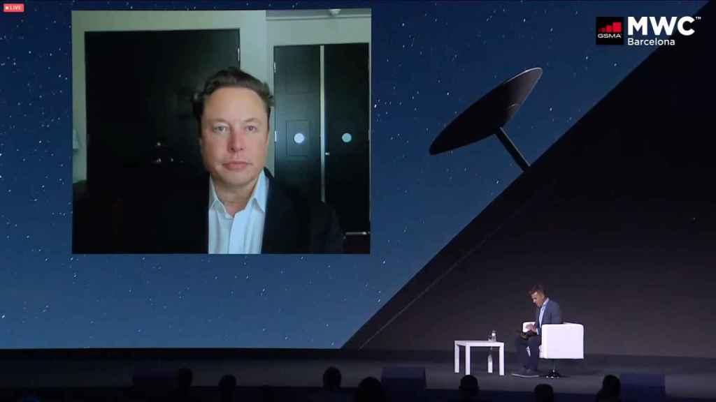 Elon Musk junto al presentador de la videoconferencia