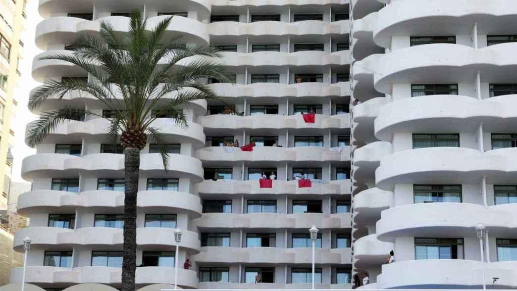 Estudiantes en los balcones del hotel