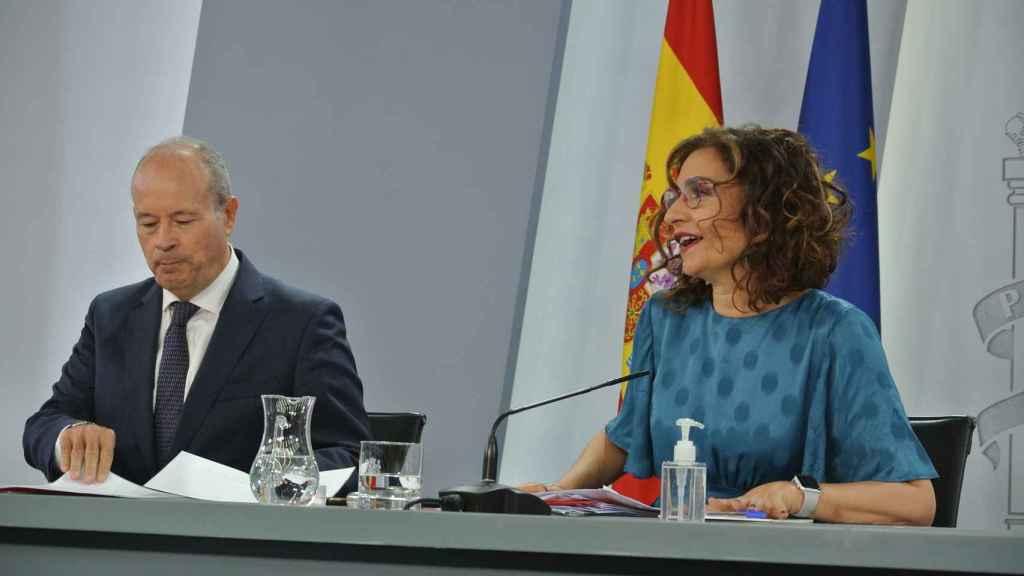 Juan Carlos Campo, ministro deJusticia, y María Jesús Montero, portavoz del Gobierno, en Moncloa.
