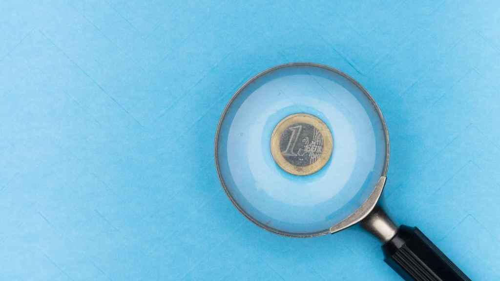 Una lupa enfocando un euro.