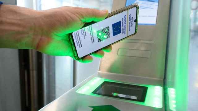 Un usuario con el pasaporte Covid  durante el verano.