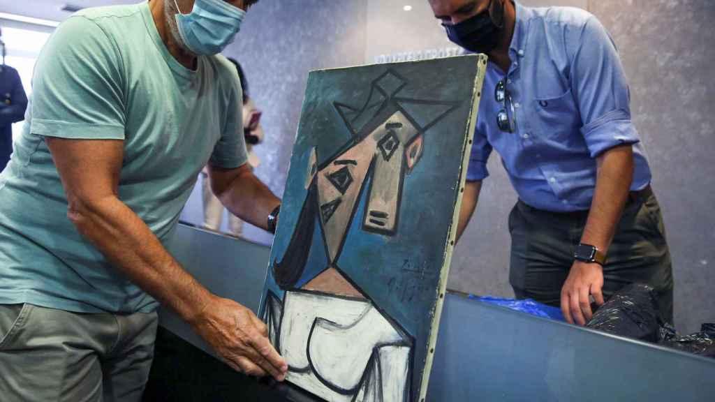 El cuadro robado de Picasso cae al suelo durante la rueda de prensa griega.