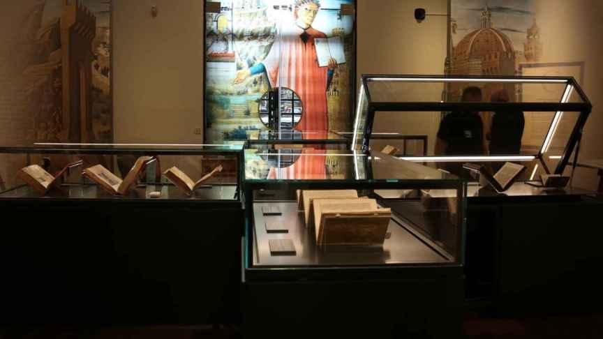 Interior de la exposición 'Dante en la BNE'