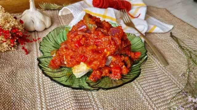 Bonito a la plancha con salsa de tomate y pimientos