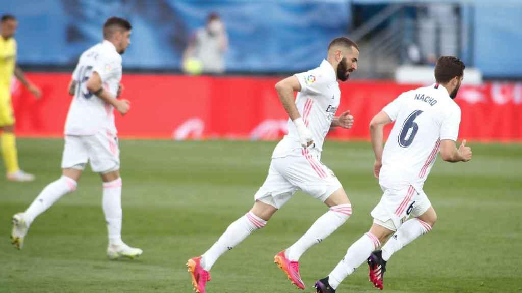 Fede Valverde, Karim Benzema y Nacho Fernández, durante un partido de La Liga 2020/2021