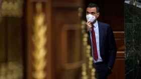 Pedro Sánchez, presidente del Gobierno, mirando a la tribuna del Congreso.
