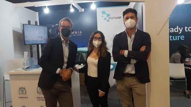 Fran Estevan, CEO de Innsomnia, junto a Anaïs Guitarte, del equipo de comunicación, y Francesc Pons, director de proyectos y startups, en el stand de Innsomnia en el 4YFN.