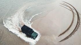 Un coche todoterreno en la playa.