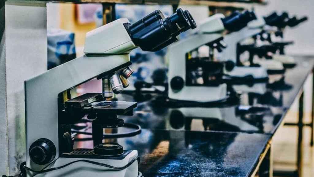Microscopios en un laboratorio.
