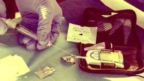 Un sanitario manipula una máquina de inyectables de insulina.