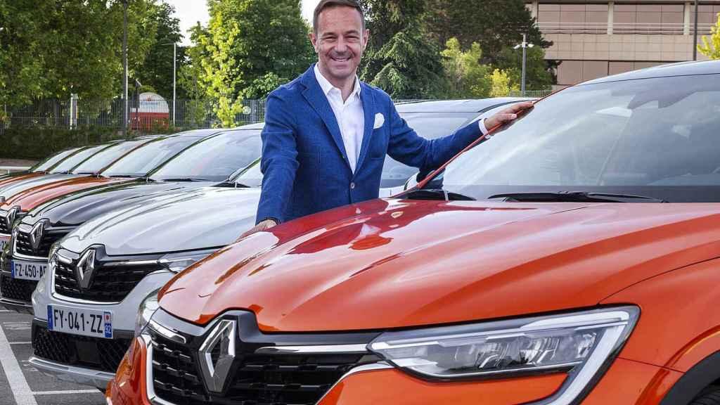 Sébastien Guigues, junto con el nuevo Renault Arkana.