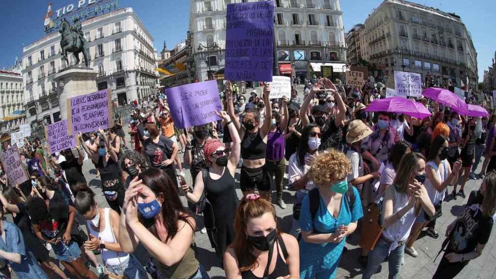 Centeneras de personas pertenecientes a organizaciones feministas se concentran en la Puerta del Sol de Madrid