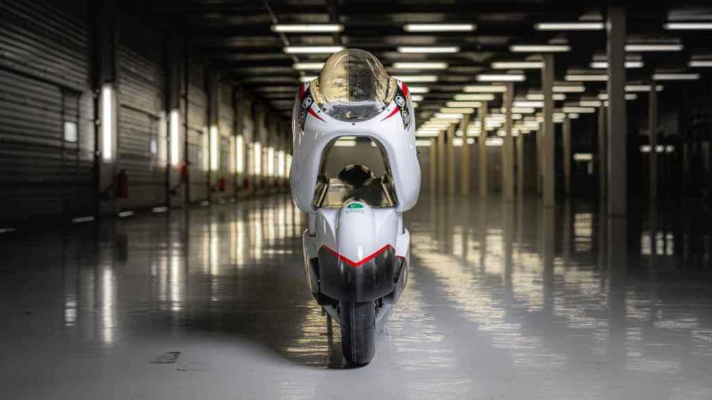 Esta moto eléctrica tiene un agujero en el chasis para ser la más rápida.