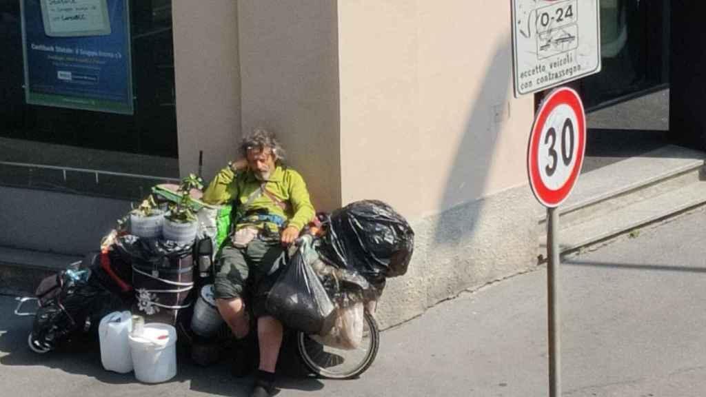 Fernando, durmiendo sobre su bicicleta en una calle de Milán.