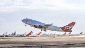 Boeing 747 con el Launcher One despegando de Mojave