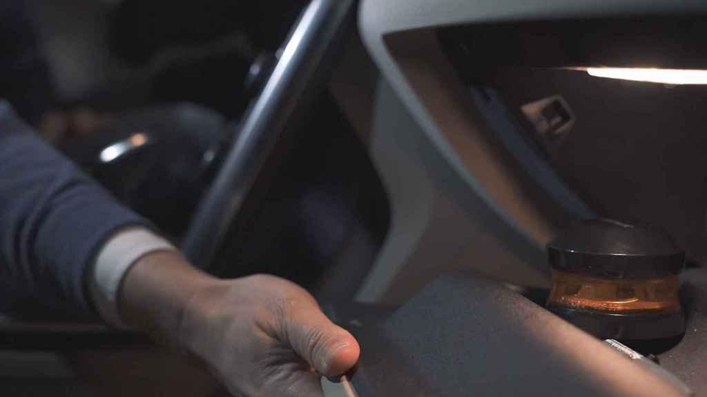 Las nuevas balizas V-16 caben en la guantera de su coche. En la imagen, la de SOSTraffic.