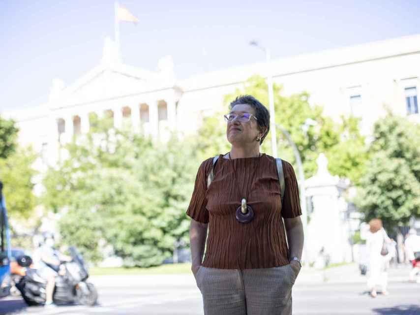 Laura Freixas frente a la Biblioteca Nacional.