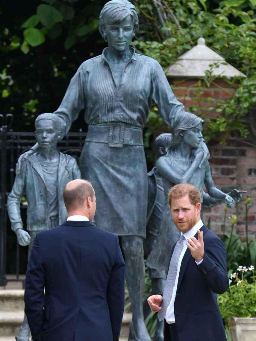 Guillermo y Harry han desvelado la estatua dedicada a su madre en el jardín del palacio de Kensington.