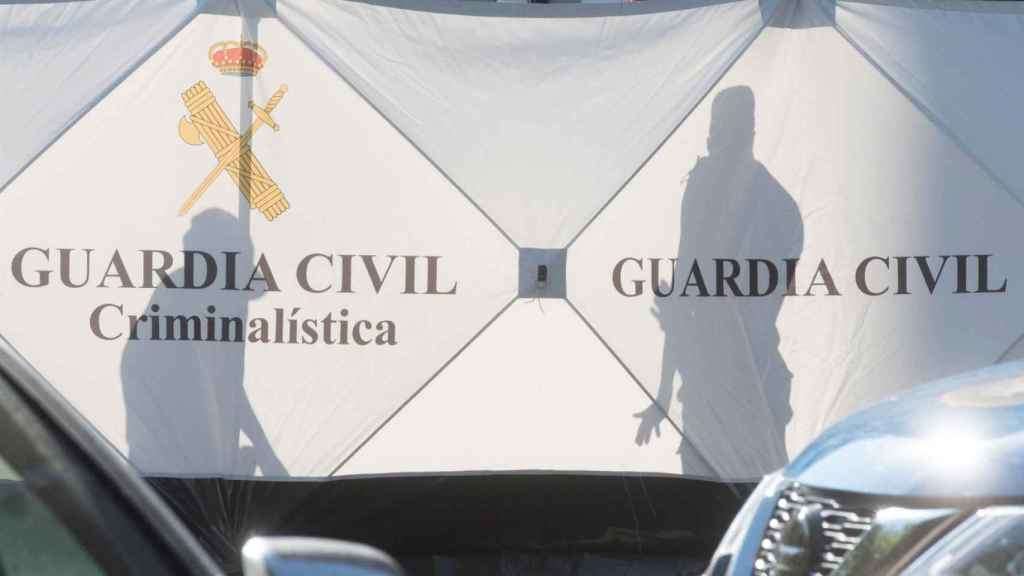 Agentes de la Guardia Civil en el portal donde Abderramán presuntamente mató a Hasna.