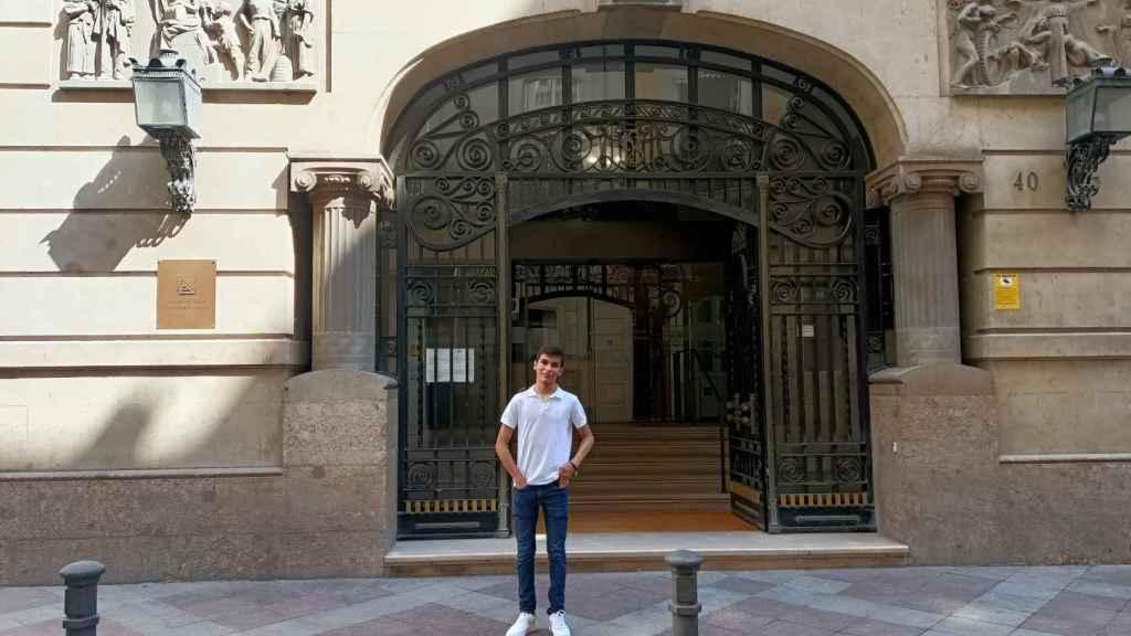 Gonzalo Martín en la puerta del edificio San Fernando que gestiona la UA.