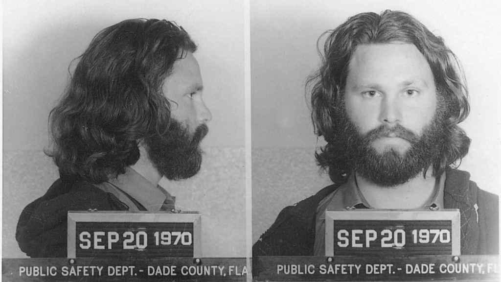 Jim Morrison posando para la ficha policial de su detención un año antes de morir