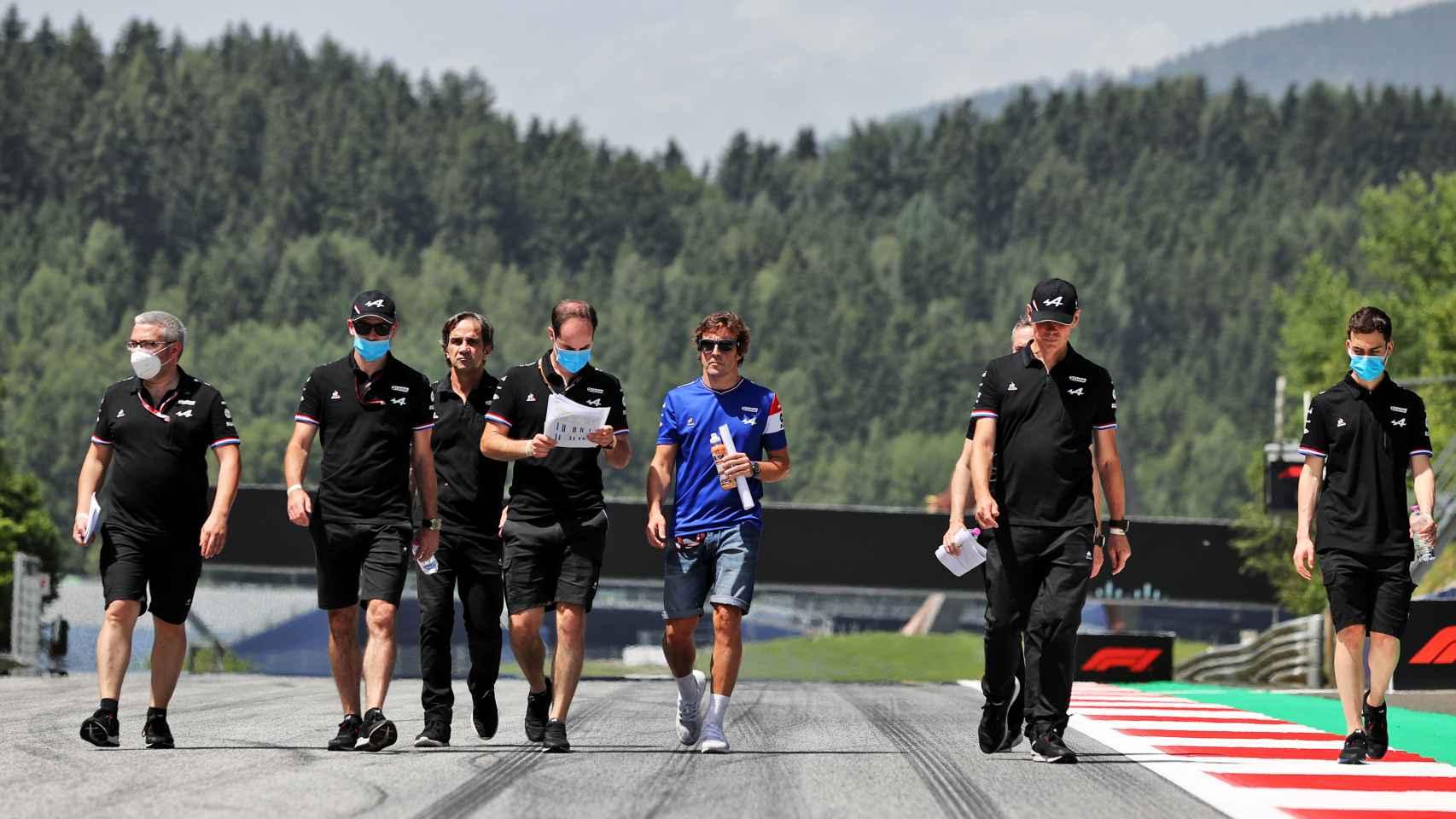 Fernando Alonso, junto a su equipo del Alpine F1 Team
