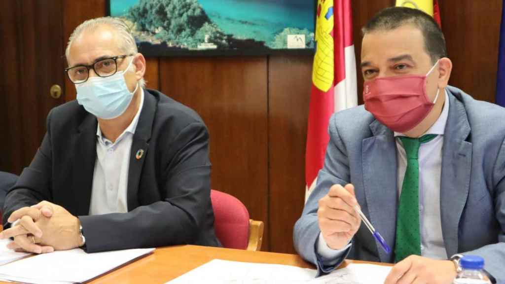 Martínez Arroyo (d) reunido con Joaquín Páez (i). Foto: JCCM.