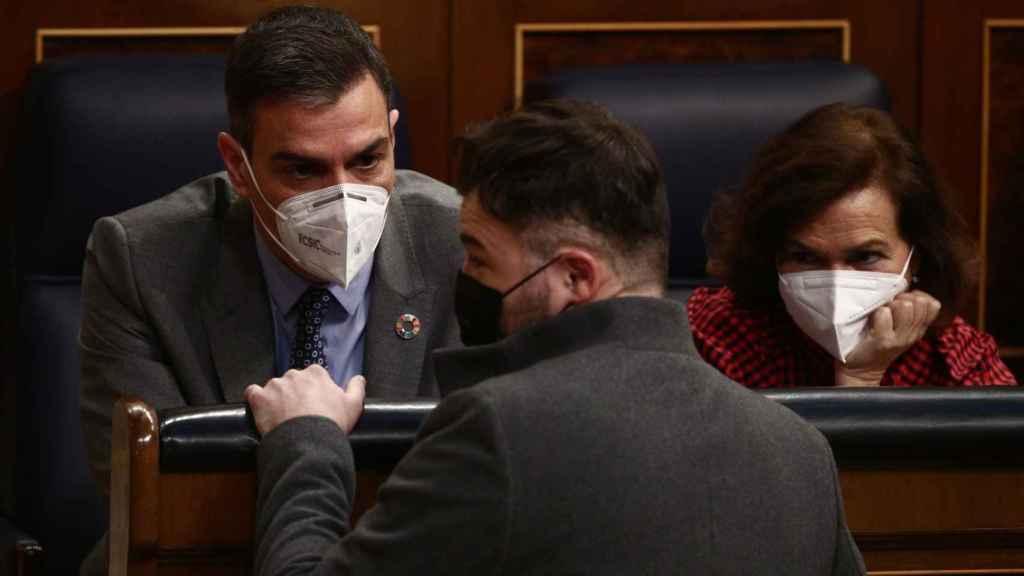 Pedro Sánchez y Carmen Calvo conversan con Gabriel Rufián en el Congreso.