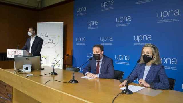 La directora general de Política de Empresa, Proyección Internacional y Trabajo del Gobierno de Navarra, Izaskun Goñi, y el rector de la UPNA, Ramón Gonzalo, en la apertura de la jornada.