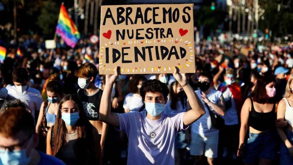 Un joven muestra su pancarta en la manifestación del Orgullo celebrada en Valencia.