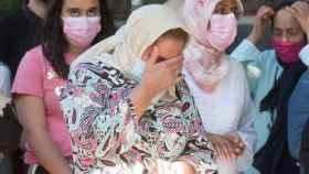 Varias mujeres afligidas mientras la Guardia Civil registra la vivienda de Hasna en Barbastro.