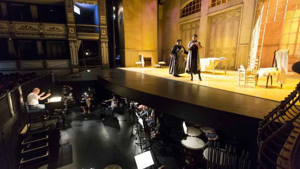 Otra foto del ensayo en el Teatro Cervantes
